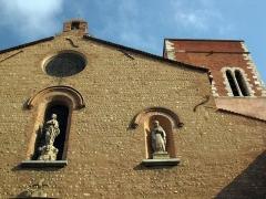 Eglise Notre-Dame de la Réal - Català: Església de Santa Maria de la Real (Perpinyà), detall de la façana, amb les estàtues de la Mare de Déu i sant Simó, i al darrere el campanar