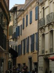 Hôtel Saint-Antoine - Català: Carrer de la Revolució Francesa, a Perpinyà; al mig, l'Hôtel Saint-Antoine