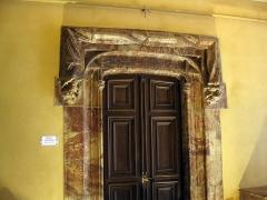 Maison dite Casa Xanxo - Català: Casa de Bernat Xanxo (Perpinyà), porta a l'interior del vestíbul, amb marc de marbre i llinda ornamentada