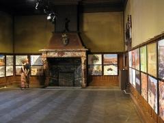 Maison dite Casa Xanxo - Català: Casa de Bernat Xanxo (Perpinyà), vista del saló del pis de dalt, amb llar de foc i una exposició sobre urbanisme de la ciutat