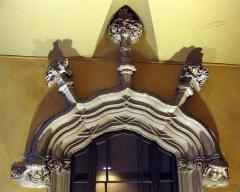 Maison dite Casa Xanxo - Català: Casa de Bernat Xanxo (Perpinyà); llinda del portal del vestíbul, molt ornamentada, amb florons i els caps dels propietaris, Bernat i Elisabet Xanxo