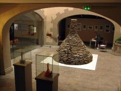 Museum - Català: Museu d'Història Natural de Perpinyà, antic palau Sagarriga, detall del pati amb exposició temporal