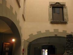 Museum - Català: Museu d'Història Natural de Perpinyà, antic palau Sagarriga, detall del pati amb la finestra del segle XVI del palau Sagarriga