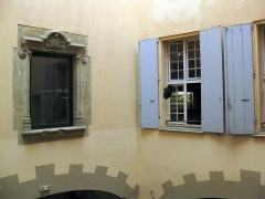 Museum - Català: Museu d'Història Natural de Perpinyà, antic palau Sagarriga, detall del pati amb la finestra del segle XVI del palau Sagarriga a l'esquerra