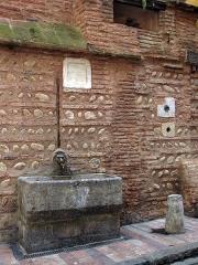 Pierre incrustée - Català: Font de na Pincarda (Perpinyà), de 1456, amb una pedra incrustada amb l'escut dels Hospitalers