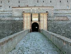 Fort de Bellegarde - English: Main entrance of Fort de Bellegarde, near  Le Perthus, France.  Ministère de la Culture (France): Base Mémoire:  MHR91_20086602879