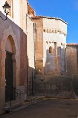 Eglise Saint-André - Français:   La porte d\'entrée et l\'abside, Église Saint-André de Saint-Féliu-d\'Avall, Pyrénées-Orientales