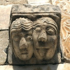 Eglise Saint-Michel - English: Marble corbel showing two  grotesque faces at the main portal (11th century)   of the  abbey church Saint-Génis-des-Fontaines, France.