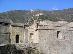 Remparts de la ville - Français:   Remparts de Villefranche-de-Conflent, situés sur la commune de Villefranche-de-Conflent (Pyrénées-Orientales, 66), classés sur la liste des Monuments Historiques de France, depuis le 10 décembre 1920 (PA00104152 ). Le Fort Libéria est aussi visible en fond.