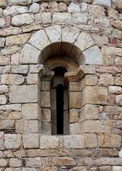 Chapelle Saint-Laurent-du-Mont - English: Embrasure in the apse of Romanesque chapel