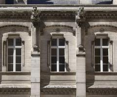 Hôtel de ville - Français:   Fenêtres ornées, corniches et gargouilles (XIXe siècle), cour intérieure, Hôtel de ville d\'Angoulême, Charente, France.