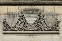 Hôtel de ville - Français:   Linteau XIXe avec armoiries ( de g. à dr.: Angoumois et Taillefer, Lusignan, Valois-Angoulême), cour intérieure de l\'hôtel de Ville d\'Angoulême, Charente,France.