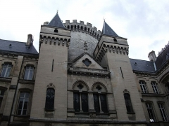 Hôtel de ville - This building is indexed in the Base Mérimée, a database of architectural heritage maintained by the French Ministry of Culture, under the reference PA00104211 .