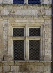 Maison dite Maison Saint-Simon - Français:   Fenêtre à meneaux et ornements, Hôtel Saint-Simon (XVIe siècle), Angoulême, Charente, France.