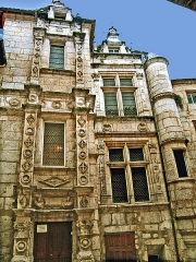 Maison dite Maison Saint-Simon - This building is inscrit au titre des monuments historiques de la France. It is indexed in the base Mérimée, a database of architectural heritage maintained by the French Ministry of Culture,under the reference PA00104222 .