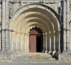 Eglise Saint-Martial - Français:   Portail et tympan de l\'église Saint-Martial (XIIe siècle),  Chalais, Charente, France.