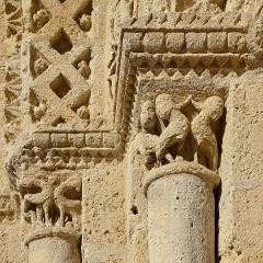 Eglise Saint-Martial - Français:   Chapiteaux du portail de l\'église Saint-Martial (XIIe siècle),  Chalais, Charente, France.