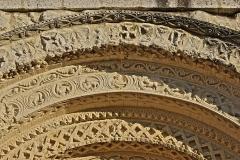 Eglise Saint-Martial - Français:   Église Saint-Martial. Détail des archivoltes du tympan en partie rénovées. Chalais, Charente, France.