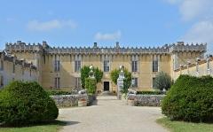 Château Chesnel - Français:   Entrée de la cour du Château Chesnel, Cherves-Richemont, Charente, France.