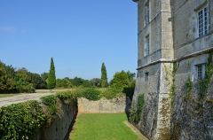 Château Chesnel - Français:   Douves et muraille nord-ouest du Château Chesnel, Cherves-Richemont, Charente, France.