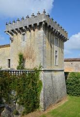 Château Chesnel - Français:   Tour nord-est et douves, Château Chesnel, Cherves-Richemont, Charente, France.