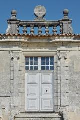 Logis de Boussac - Français:   Porte d\'entrée du logis de Boussac (XVIIe-XVIIIe siècles), avec ancien cadran solaire, Cherves-Richemont, Charente, France.