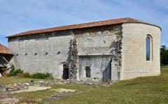 Eglise de Rozet ou de Rauzet - Français:   Église de Rauzet ( fin du XIIe siècle) vue du sud-est, Combiers, Charente, France.