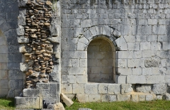 Eglise de Rozet ou de Rauzet - Français:   Murs et niche, prieuré de Rauzet (fin du XIIe siècle), Combiers, Charente, France.