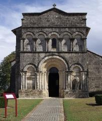Eglise Saint-Martial - Façade de l'église Saint-Martial (XIIe et XVe siècles), Dirac, Charente, France.