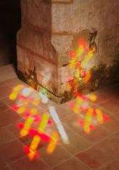 Eglise Saint-Martial - Lumière d'un vitrail tombant sur la base d'une colonne, église Saint-Martial (XIIe et XVe siècles), Dirac, Charente, France.