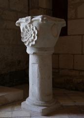 Eglise Saint-Martial - Bénitier à l'entrée de l'église Saint-Martial (XIIe et XVe siècles), Dirac, Charente, France.