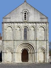 Eglise Saint-Denis -  Façade de l'église Saint-Denis de Montmoreau-Saint-Cybard, Charente, France.