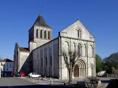 Eglise Saint-Denis -  Vue générale de l'église Saint-Denis de Montmoreau-Saint-Cybard, Charente, France.