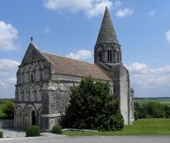 Eglise Saint-Cybard - Église Saint-Cybard de Plassac, commune de Plassac-Rouffiac (16). Façade occidentale et flanc sud.