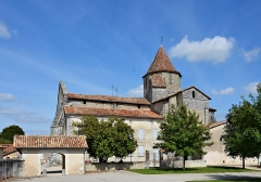 Eglise Saint-Pierre - Français:   Église (XIIe-XVIIe siècles) et presbytère (XVIIIe) de Reignac, Charente, France.