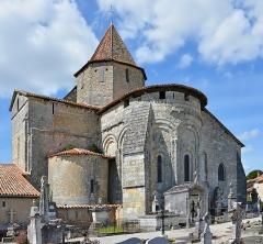 Eglise Saint-Pierre - Français:   Chevet et clocher de l\'église (XIIe-XVIIe siècles) de Reignac, Charente, France.