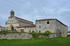 Prieuré Saint-Jean-Baptiste - Français:   Vue ouest-sud-ouest de l\'église (XIIe et XIXe siècles)et du prieuré (souvent modifié depuis le XIe, travaux en cours) de Ronsenac, Charente,France.