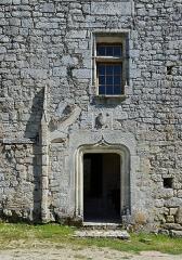 Prieuré Saint-Jean-Baptiste - Français:   Fenêtre à meneau, porte renaissance restaurée et restes de la porte originelle (à gauche) prieuré de Ronsenac, Charente, France.