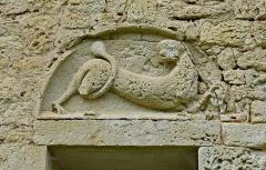 Prieuré Saint-Jean-Baptiste - Français:   Linteau décoré d\'un lion (dit des Plantagenêt), prieuré de Ronsenac, Charente, France.