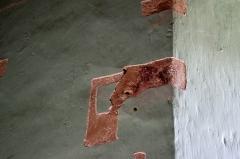 Prieuré Saint-Jean-Baptiste - Français:   Prieuré de Ronsenac, Charente, France - Sondage du revêtement mural à la recherche d\'éventuelles fresques.