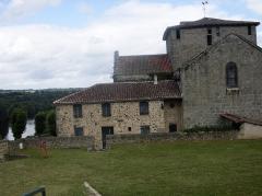 Ruines du château - Deutsch:   Gebäude an der Schlossruine in Saint Germain de Confolens, Charente, Frankreich.