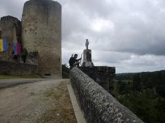 Ruines du château - Deutsch:   Schlossruine in Saint Germain de Confolens, Charente, Frankreich. Bogenschütze