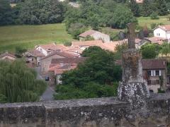 Ruines du château - Deutsch:   Schlossruine in Saint Germain de Confolens, Charente, Frankreich. Steinkreuz auf der Schlossmauer und ein Teil des Dorfes
