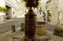 Halles - Français:   Halle de marché de Villebois-Lavalette, Charente. Puits et pompe de 1850 à l\'extrémité haute de la halle.