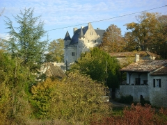 Château - Français:   Château de Vouzan, Charente. Le château à l\'entrée ouest du bourg.