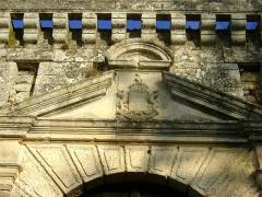 Château - Français:   Château de Vouzan, Charente. Armoiries sur le portail d\'entrée.