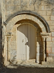 Eglise Saint-Maxime - Français:   Porte latérale de l\'église (XIIe, XVIIe et XVIIIe siècles) de Saint-Même-les-Carrières, Charente, France.