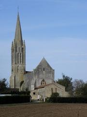 Eglise de la Trinité - Français:   Église Saint-Sauveur de Bignay (17). Chevet, clocher et flanc sud.