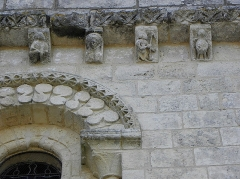Eglise de la Trinité - Français:   Église Saint-Sauveur de Bignay (17). Modillons de la façade occidentale.