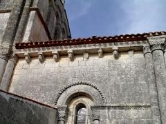 Eglise Saint-Vivien - Français:   Modillons et fenêtre de l\'église Saint-Vivien de Bords (Charente-Maritime)